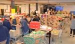 Kerstpakketten vullen voor en bij de Voedselbank. Foto: PR