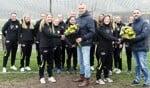 De meiden van MO19-1 met de eigenaren van Prisma Arbozorg. Foto: PR