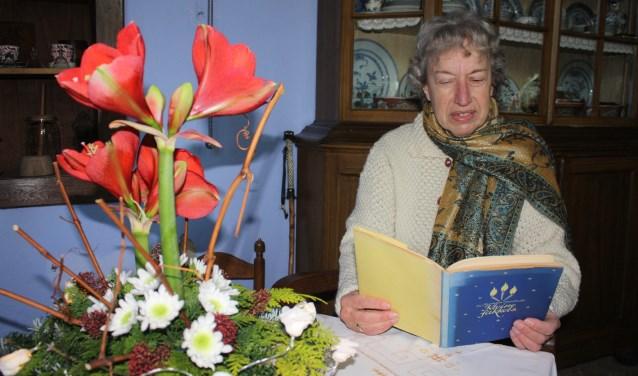 Diny Schreuder leest een kerstverhaal. Foto: PR