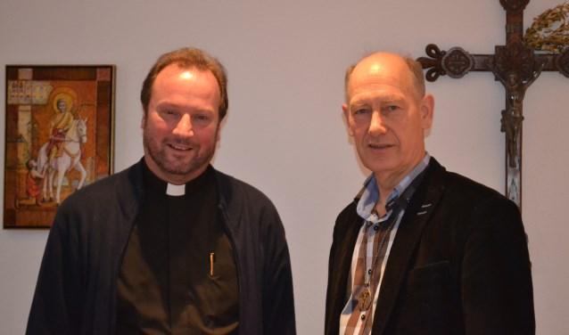 Pastoor Jurgen Jansen met diaken Theo Reuling (r) van parochie H. Gabriël. Foto: Joke Burink