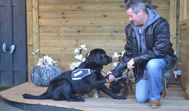 Veteraan Marcel ter Voert met zijn PTSS-hulphond Lorens. Foto: Joke Burink