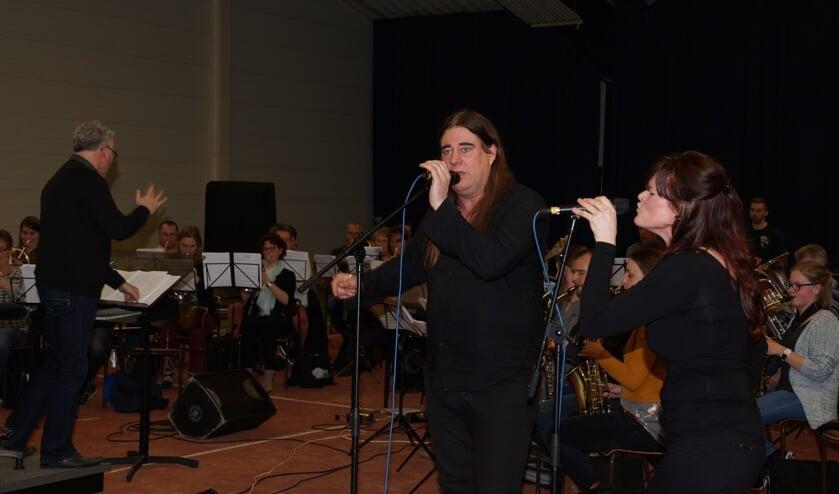 Rocco en Monique tijdens een repetitie met Psalm 150. Links dirigent Tijmen Botma. Foto: Frank Vinkenvleugel