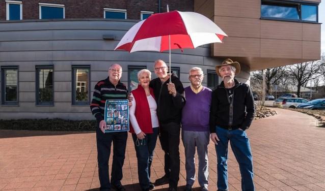 Van links naar rechts: René Appels, Lieneke Tanis, Wil Martens, Henk Viscaal en Dolf Bierhuizen. De paraplu staat symbool voor de samenwerking van de kunstkringen. Foto: L .Swart