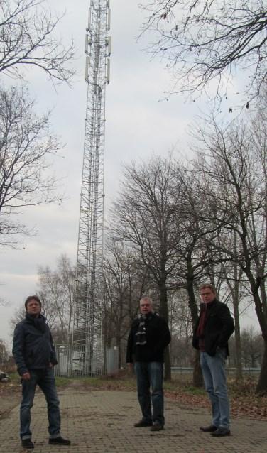 Een werkgroep bij een zendmast, nodig voor draadloos internet. Foto: Bert Vinkenborg