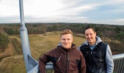 Niek Lansink (links) en Jeroen Koster op de uitkijktoren, met achter zich het festivalterrein.