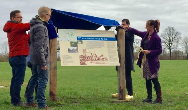 De initiatiefnemers van het Boereneschpad uit de drie dorpen Gelselaar, Geesteren en Noordijk onthullen het informatiebord met van de wandelroute. Foto: Susanne ten Have
