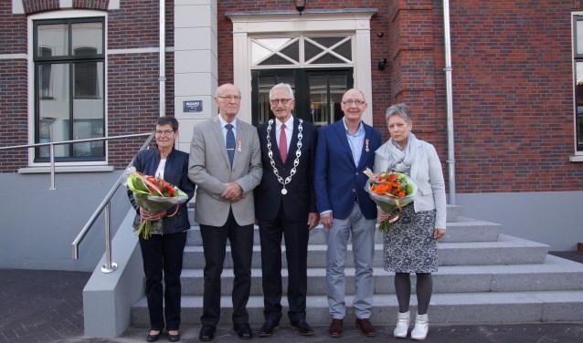 Links Jan Veldboom en zijn metgezel, burgemeester Arnold Gerritsen en rechts Hans ter Beek en zijn vrouw. Foto: Frank Vinkenvleugel