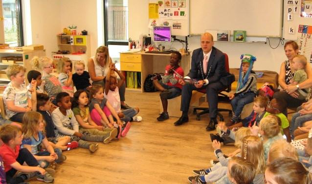 Burgemeester Joris Bengevoord leest voor en praat met de kleuters van de Sint Jozef. Foto: Bart Kraan
