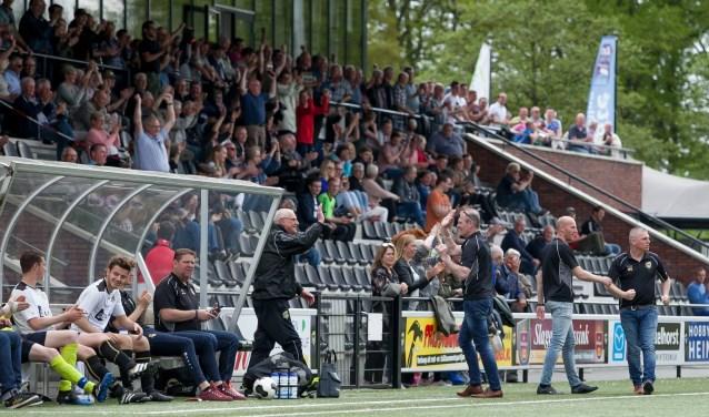 Supporters, stafleden en reserves van FC Winterswijk bejubelen een van de treffers van de thuisclub. Foto: Marco ter Haar.