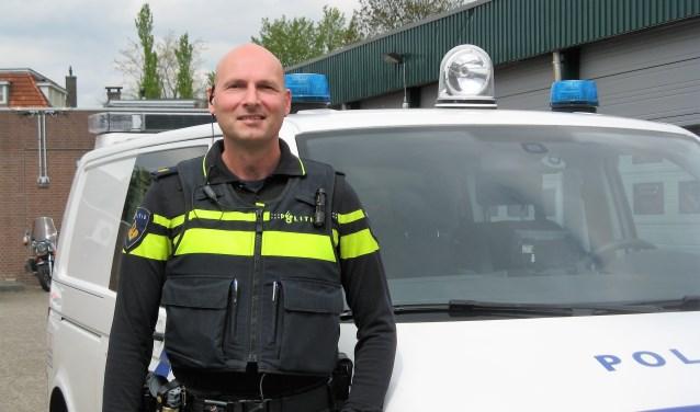 John van Gelder, bij een politieauto bij het bureau in Winterswijk. Foto: Bart Kraan