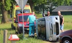 Auto beland op zijn kant in Eibergen. Foto: GinoPress B.V.