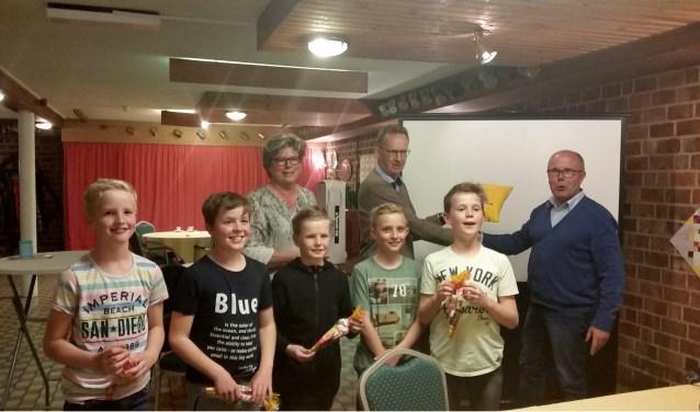 De prijzen worden uitgereikt aan de kinderen en directeur 'buitenscholen' Johan Wilterdink. Foto: PR