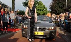Net als in 2016 (foto) worden mooi uitgedoste leerlingen met mooie voertuigen naar het gala gebracht. Foto: Archief Dinxpers Nieuws - Frank Vinkenvleugel