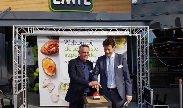 Supermarktmanager John Tiedink (l) en directeur Johan van Heersbeek openen de vernieuwde supermarkt. Foto: Kyra Broshuis