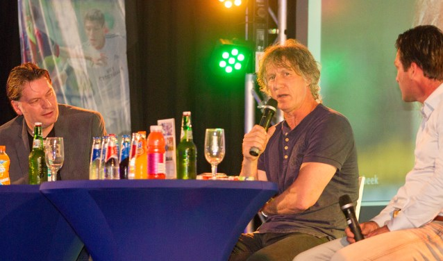Gertjan Verbeek (midden) spreekt op de sponsoravond van het Marveldtoernooi. Links Eddy van der Leij en rechts Jacques Brinkman. foto: Kyra Broshuis