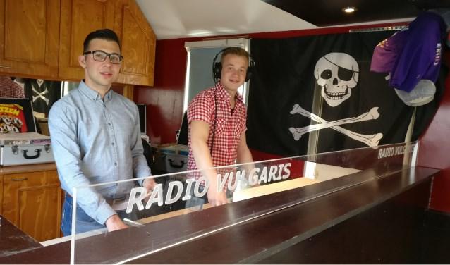 Tom Rouwhorst (l) en Mart Koenders achter de draaitafels van hun piratenzender Radio Vulgaris. Foto: PR.