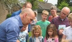 Michael Quintern demonstreert de wormencompostbak. Foto: Bart Kraan