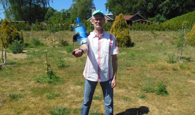 Stoer en onversaagd; De Zwerfieman weet ook met lege plastic flessen wel raad! Foto: Eric Klop