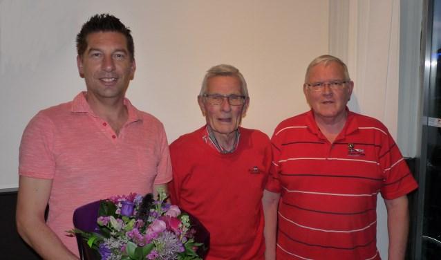 Pascal Rieken, Daan Blom, Wim Hendriksen (VLNR) werden gehuldigd. Foto: PR