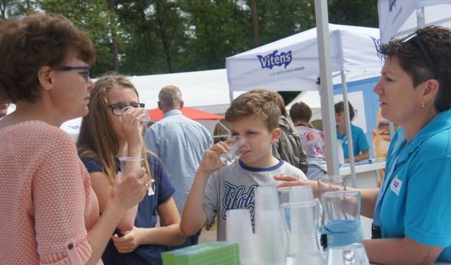 Bezoekers van de open dag proberen het verschil tussen kraanwater en winkelwater te proeven. Foto: Susan Wiendels