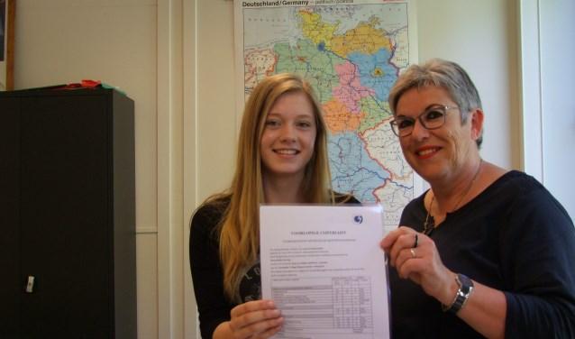 Leana Kolenbrander en haar trotse lerares Resie Overgoor. Foto: Frank Vinkenvleugel