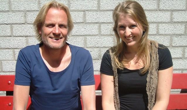 Onderwijzer Marcel Roelofs en collega Sanne Spijkers van OBS De Woelwaters. Foto: Reinier Kroesen
