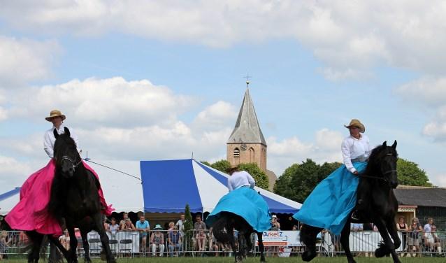 Het publiek genoot volop van de dressuur van het Fries paardenballet, onderdeel van de show tijdens het zestigjarig jubileum van Rijvereniging De Zevensteen. Foto: Liesbeth Spaansen