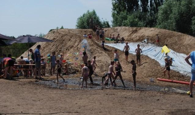 Kinderen kunnen volop spelen met water en zand. Foto: PR.