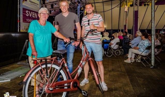 Mevrouw ter Maat, Koen Vaanholt en Christiaan Diepenbroek (beiden Hofstede Tweewielers). Foto: Mark Koeleman