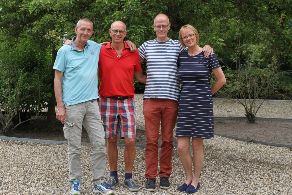Vlnr Frans (70), Willy (68), Peter(66) en Annelies (64) Pietersen gaan samen de 'grafte' in. foto: PR