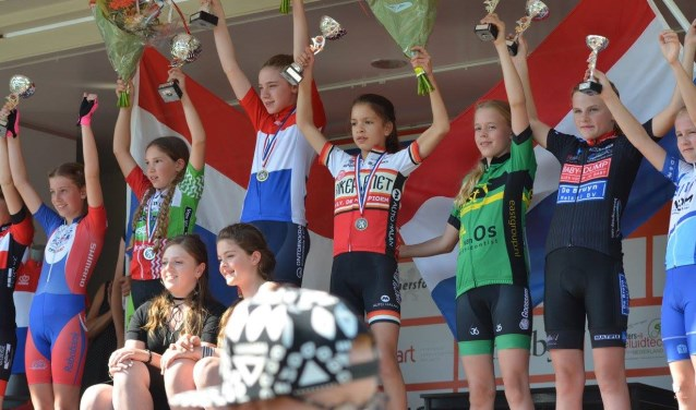 Puck Langenbarg (in het groen, derde van rechts) eindigde verdienstelijk als vijfde tijdens de nationale kampioenschappen op een loodzwaar parcours in Amersfoort. Foto: PR