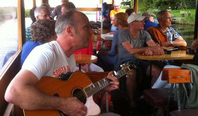 Singer/songwriter Ben Lukassen op de fluisterboot vergroot de idylle. Foto: PR