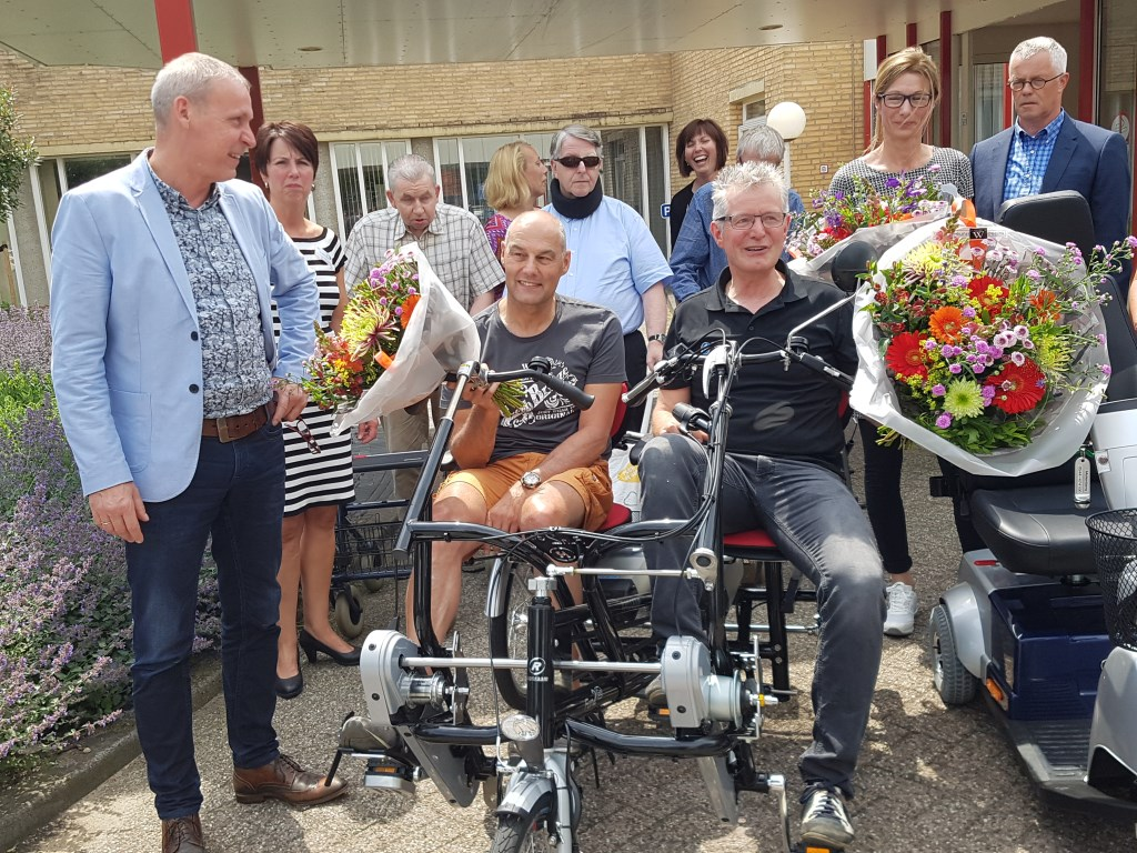 Erik van Lent (l) en Henk Goossens op de duofiets van de mobiliteitspool bij de Molenberg. foto: Kyra Broshuis