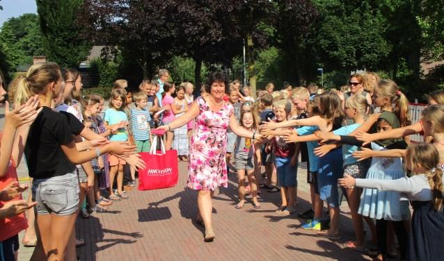 Op haar laatste schooldag werd Sylviadoor een erehaag ontvangen. Foto: PR