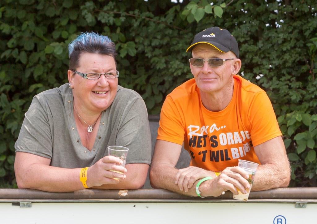 Jan Goossens kwam speciaal voor het jubileumweekend van Keijenburgse Boys voor even terug uit Curacao, waar hij sinds 2010 woont. En dus kon hij een biertje drinken met zijn Keijenborgse bekenden, zoals op de foto met Ina Tijken. Foto: René Lovink