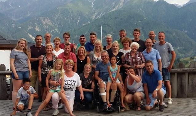 Wilco samen met zijn gezin, familieleden, vrienden en kennissen die hem in Oostenrijk ondersteunden. Foto: PR.