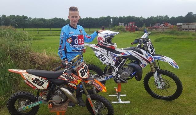 Mick tussen zijn eerste motor en zijn huidige 85cc racemonster. Foto: PR