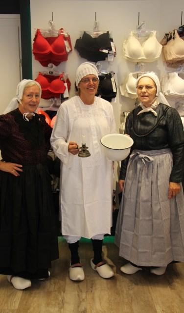 V.l.n.r.: Gerda Hulshof, Lusanne Klein Kranenbarg (Lusanne Lingerie) en Dini te Brinkhof in de autentieke folklore en nachtkleidng uit het begin van de vorige eeuw. Foto: PR.