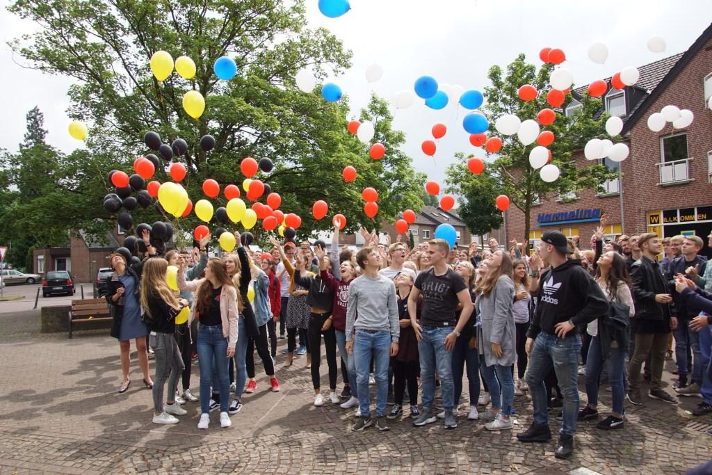 Ballonnen in Nederlandse en Duitse kleuren worden opgelaten. Foto: Frank Vinkenvleugel