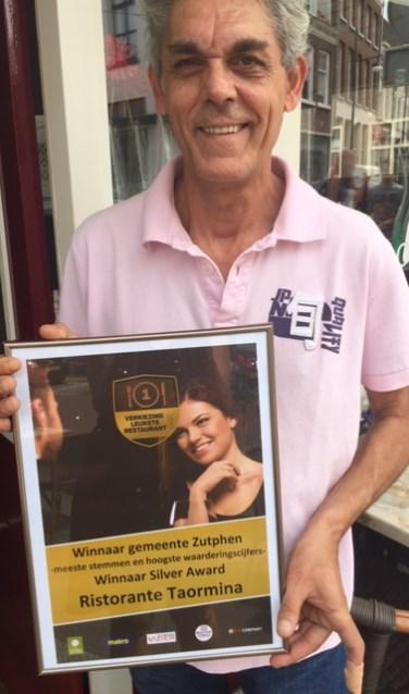 Een trotse Claudio, eigenaar van Ristorante Pizzeria Taormina, met de Silver award. Foto: PR