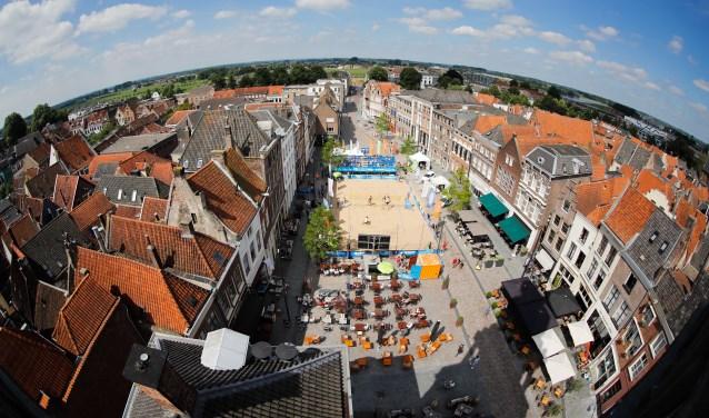 Blik van bovenaf op het beachvolleybalterrein op de Groenmarkt. Foto: Pim Waslander