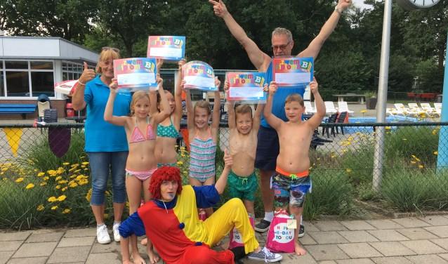 Marga Jacobs, Marcel van Ree, clown Kriebel en de kinderen met hun diploma's. Foto: PR