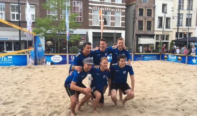 In de finale bleek zvv AZC uiteindelijk net iets sterker dan Warnsveldse Boys en kon de beker in ontvangst nemen. Foto: PR