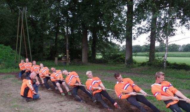 Het nationale touwtrekteam 700 kfg met als coach Anton van den Berg uit Ruurlo. Foto: Jan Hendriksen.