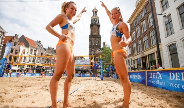 Het toernooi in Zutphen voelde extra goed voor het duo Marloes Wesselink en Laura Bloem uit Doetinchem. Foto: Pim Waslander