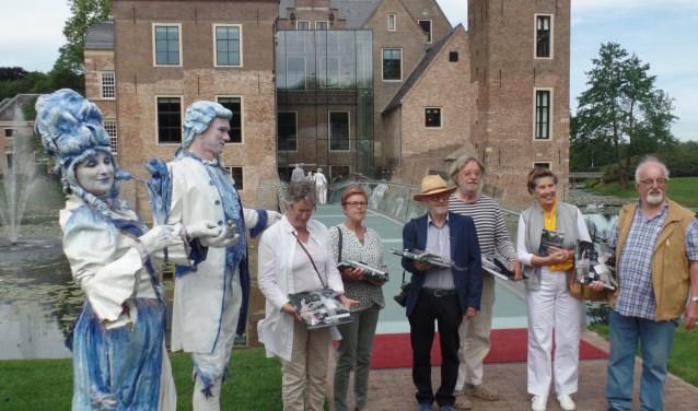 De eerste bezoekers waaronder (v.l.n.r.) Mariet Roelofs en Jeannette en Wim Masman ontvingen een attentie van het museum. Foto: Jan Hendriksen.