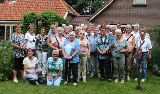 Dames van Vrouwen van Nu Gelderland op tuinenbezoek in Steenderen. Foto: PR