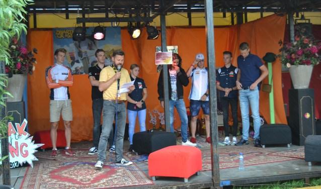 Gijs Jolink en Hendrik Jan Lovink met zes van de zeven talenten. Foto: Karin Stronks