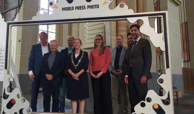 De officiële openingshandeling was, hoe kan het ook anders, het maken van een foto. Foto: Bernadet te Velthuis