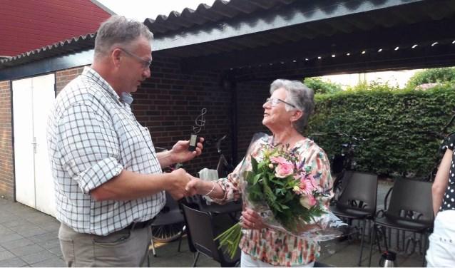 Dinie Driessen ontvangt een onderscheiding voor haar vijftigjarig lidmaatschap van Vriendschap. Foto: PR